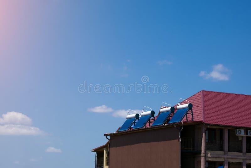 Słoneczni wodni nagrzewacze na dachu, bezpłatna energia fotografia royalty free