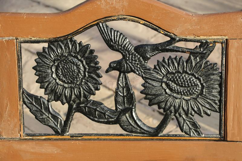 Słoneczniki i ptak, forged od metalu w starej drewnianej ramie zdjęcie stock
