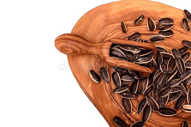 Słonecznikowi ziarna na drewnianej desce odizolowywającej na białym tle obraz stock