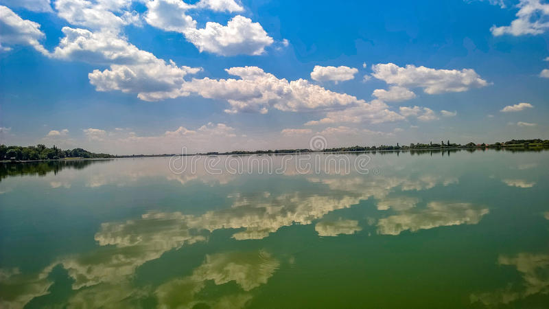 Słoneczny dzień na jeziorze zdjęcie royalty free