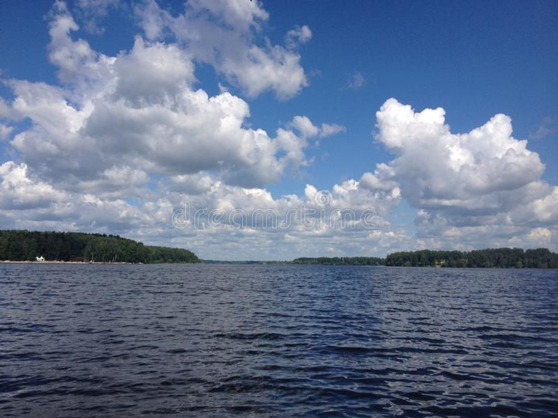 Słoneczny dzień na lasowym jeziorze obraz royalty free