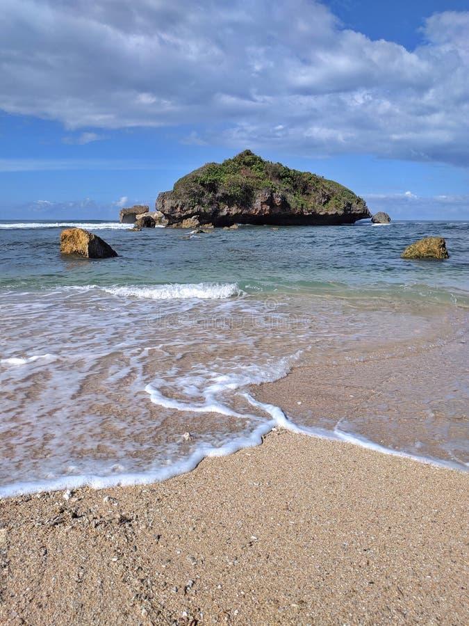 Słoneczny dzień na plaży, piękna tropikalna plaża w Yogyakarta, Indonezja obraz stock