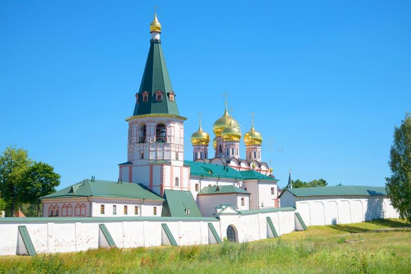Słoneczny dzień przy ścianami Iver Svyatoozersky monaster Valdai, Novgorod region, Rosja zdjęcia stock