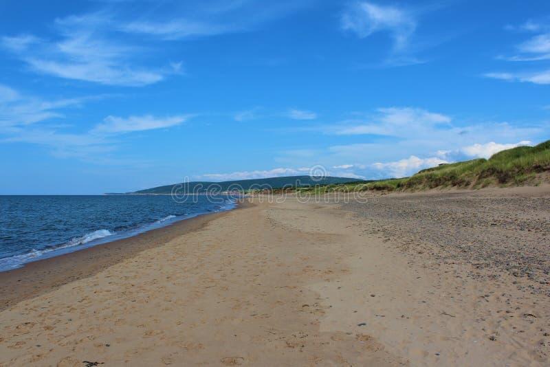 Słoneczny dzień przy Inverness plażą na przylądek Bretońskiej wyspie, nowa Scotia, popularna plaża z szerokimi piasek diunami i o obrazy stock