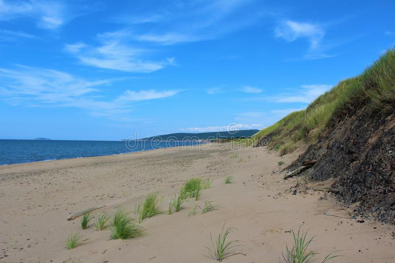 Słoneczny dzień przy Inverness plażą na przylądek Bretońskiej wyspie, nowa Scotia, popularna plaża z szerokimi piasek diunami i o obraz stock