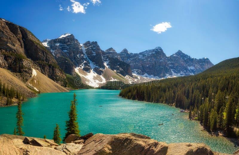 Słoneczny dzień przy Morena jeziorem w Banff parku narodowym, Alberta, Canad fotografia royalty free