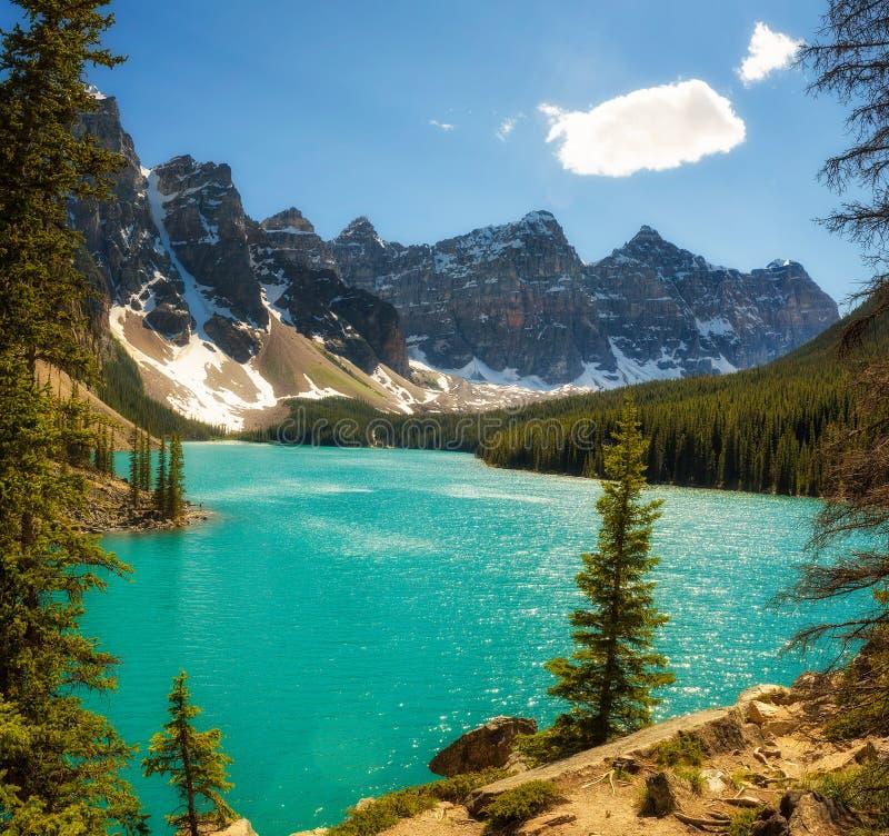 Słoneczny dzień przy Morena jeziorem w Banff parku narodowym, Alberta, Kanada zdjęcia stock
