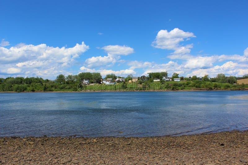 Słoneczny dzień z białymi bufiastymi chmurami, patrzeje przez zatokę w kierunku miasteczka Portowy Hawkesbury na przylądka bretoń obrazy stock