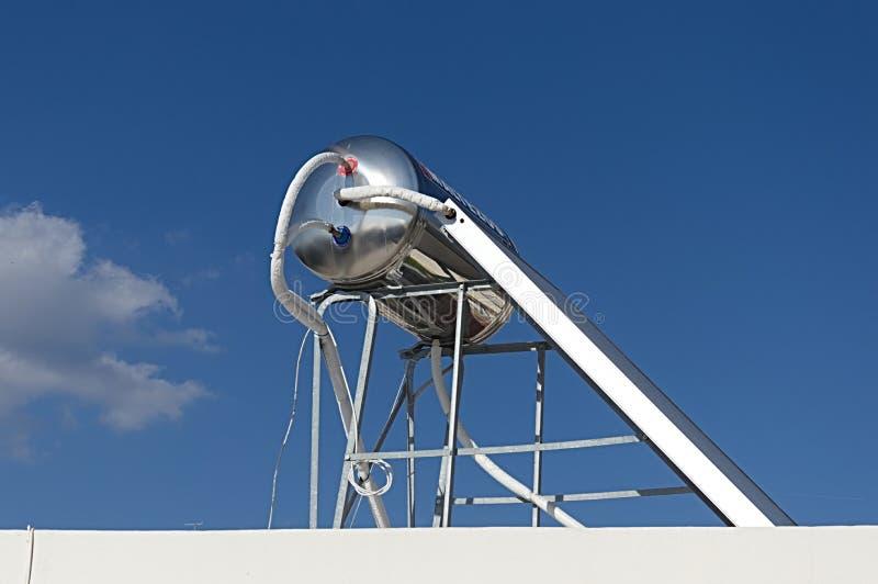 Słoneczny gorąca woda system na dachu fotografia stock