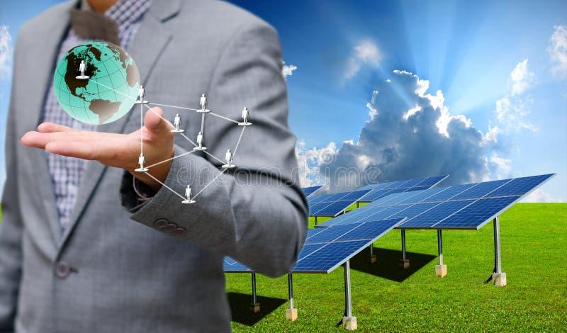 Słoneczny gospodarstwo rolne z biznesmenem niesie wirtualnego świat obrazy stock