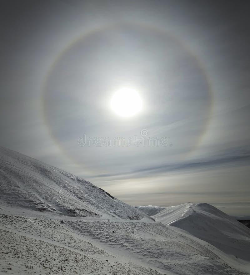 Słoneczny halo w chmurnym niebie fotografia royalty free