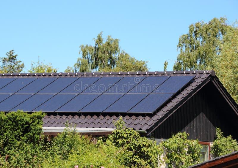 Słoneczny poborca na domu dachu z niebieskim niebem zdjęcia royalty free