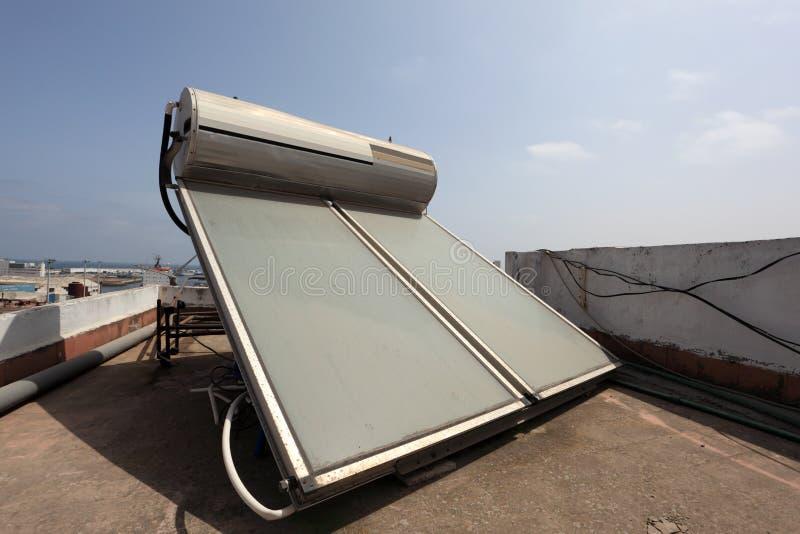 Słoneczny wodny nagrzewacz na dachu zdjęcia stock