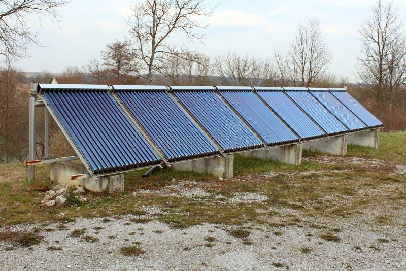 Słoneczny wodny ogrzewanie kasetonuje instalaci zdjęcie royalty free