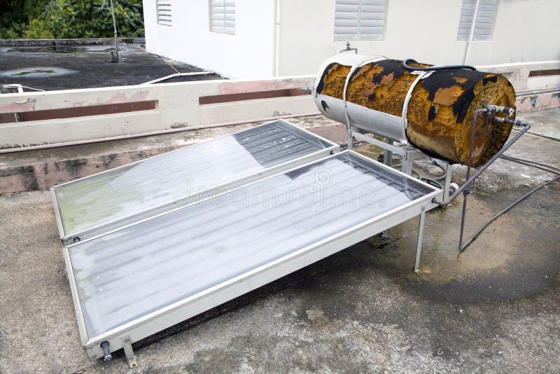 Słoneczny zasilany wodny nagrzewacz używać w Puert Rico fotografia stock