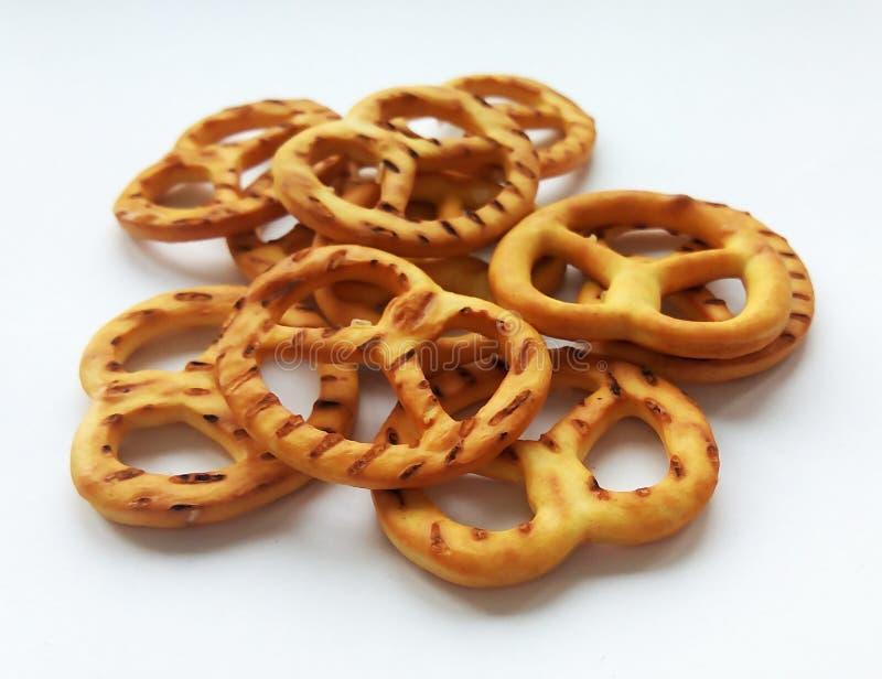 Słonego crispy krakersu mini precle na białym tle zdjęcia royalty free