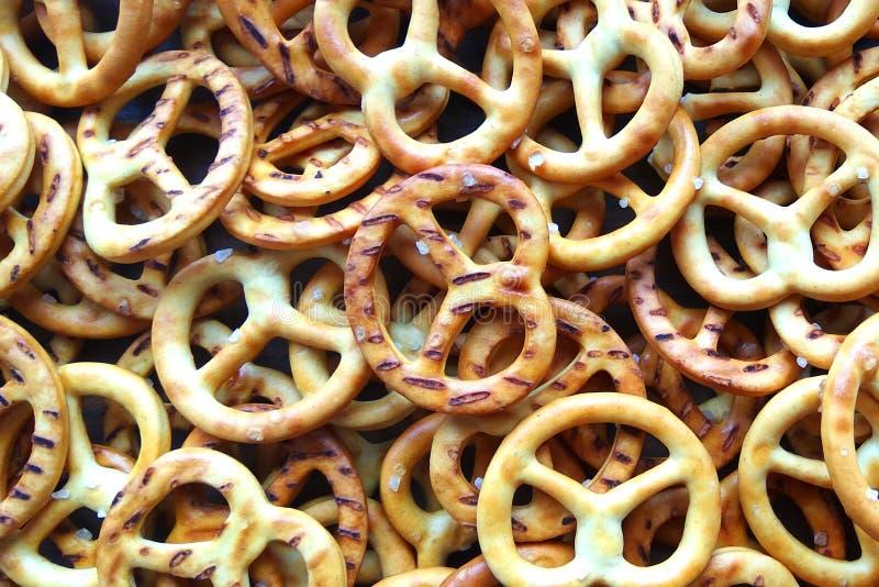 Słonego crispy krakersu precli tekstury mini tło fotografia stock
