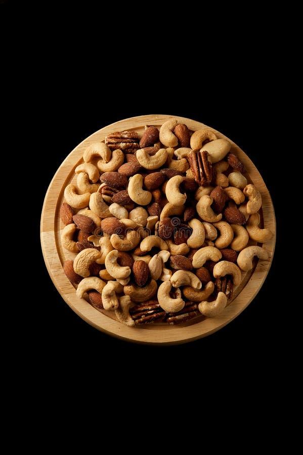 Słoni snaks na drewnianym talerzu nad czarnym tłem zdjęcie royalty free