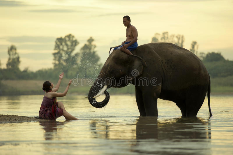 Słonia Mahout mężczyzna i kobiety biorą skąpanie w rzecznym dur zdjęcia royalty free