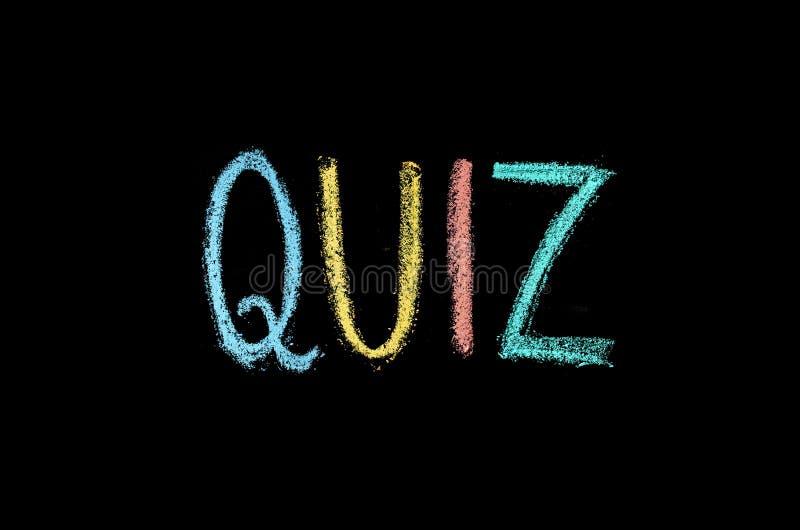 Słowa «quiz drawned na chalkboard zdjęcia stock