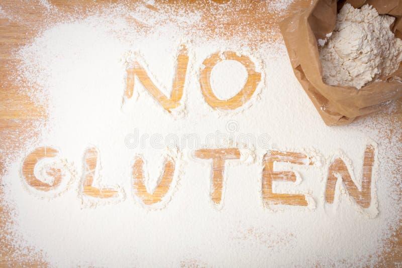 Słowa ŻADNY gluten pisać na glutenu swobodnie mące zdjęcia stock