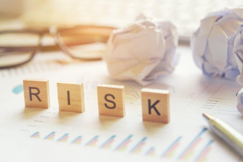 Słowa biznesowego ryzyka inwestycji pojęcia zbierali w crossword zdjęcie stock