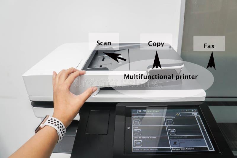Słowa dla drukarki funkcji na zakończeniu w górę pracownika używają biurowej drukarki maszynę dla skanować, kopiować i wysyłać, f zdjęcie royalty free