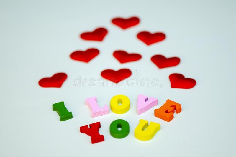 Słowa kocham ciebie dla walentynka dnia z kolorowymi drewnianymi listami Miłość i serce - symbol walentynka dzień Makro- fotografia stock