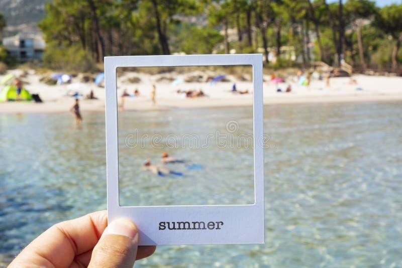 Słowa lata fotografii rama na plaży w jednej chwili zdjęcia stock