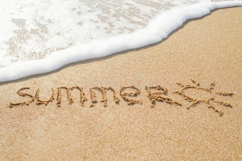 Słowa lato pisać w piasku na plaży z rysunkiem słońce fotografia stock