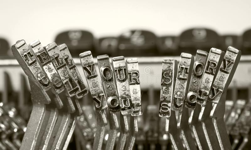 Słowa MÓWJĄ TWÓJ opowieść z starą maszyną do pisania zdjęcia royalty free