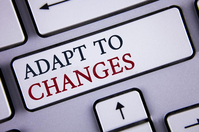 Słowa writing tekst Adaptuje zmiany Biznesowy pojęcie dla Nowatorskiej zmiany adaptaci z technologiczną ewolucją pisać na bielu fotografia stock