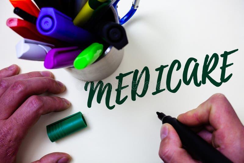 Słowa writing tekst Medicare Biznesowy pojęcie dla Federacyjnego ubezpieczenia zdrowotnego dla ludzi nad 65 z kalectwo artysty na obrazy stock