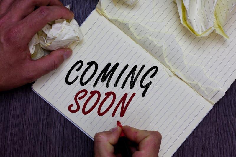 Słowa writing tekst Przychodzi Wkrótce Biznesowy pojęcie dla coś iść zdarzać się w krótkim czasie okresu mężczyzna mienia markier zdjęcia stock