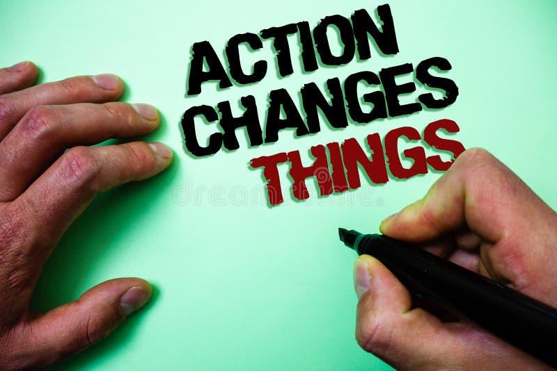 Słowa writing teksta akcja Zmienia rzeczy Biznesowy pojęcie dla ono ulepsza no stoi wciąż Pozwalał my robić mię Zielony tło gr fotografia stock