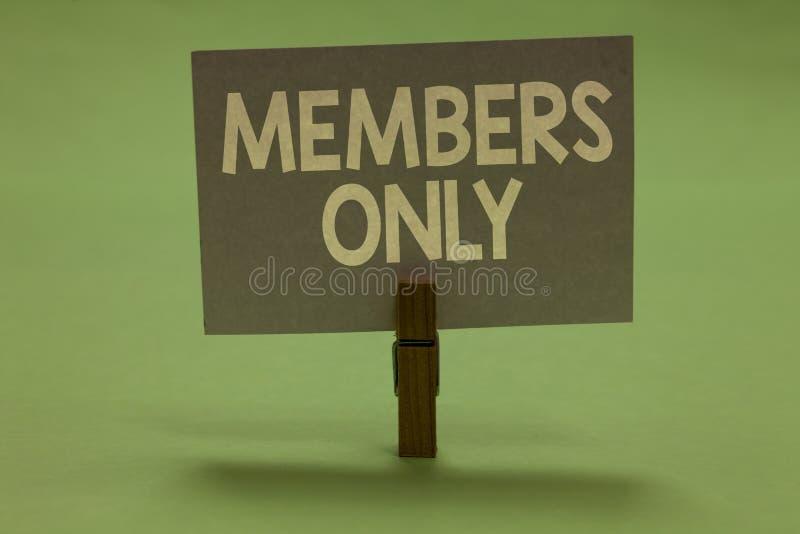 Słowa writing teksta członkowie Tylko Biznesowy pojęcie dla Limitowanego jednostka należy grupa lub organizaci Clothespin hol obrazy royalty free