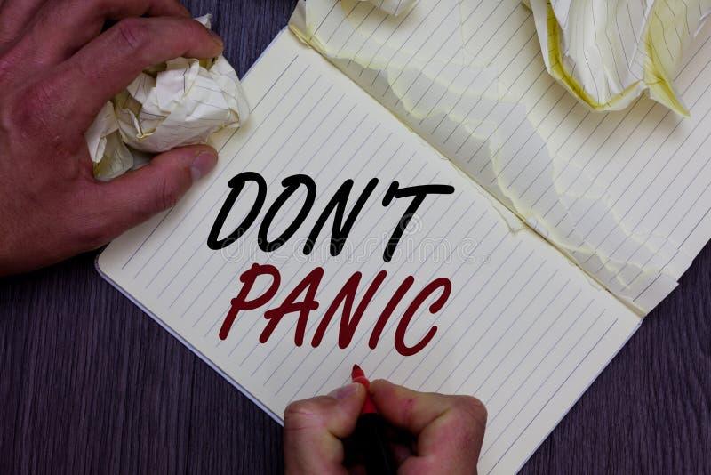 Słowa writing teksta Don t nie panika Biznesowy pojęcie dla nagłego silnego uczucia strach zapobiega rozsądną myśl mężczyzna mien zdjęcie royalty free