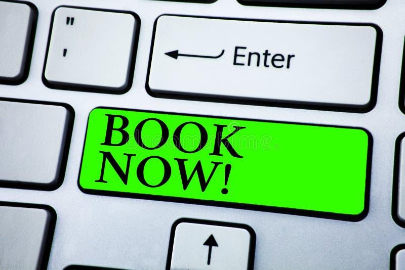 Słowa writing teksta książki Teraz Motywacyjny wezwanie Biznesowy pojęcie dla Robić rezerwacja w hotelowym lota zakwaterowania po zdjęcia stock