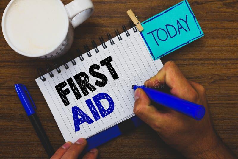 Słowa writing teksta pierwsza pomoc Biznesowy pojęcie dla Ćwiczyć uzdrawiać małych cięcia że żadny potrzeba dla medycznego szkole zdjęcie royalty free