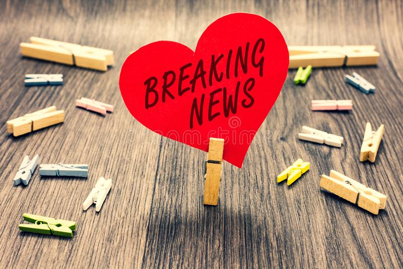 Słowa writing teksta wiadomość dnia Biznesowy pojęcie dla specjalnego raportu zawiadomienia Zdarza się aktualne sprawy Flashnews  obrazy stock