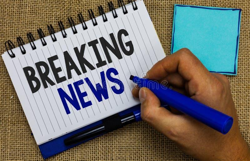 Słowa writing teksta wiadomość dnia Biznesowy pojęcie dla specjalnego raportu zawiadomienia Zdarza się aktualne sprawy Flashnews  fotografia stock