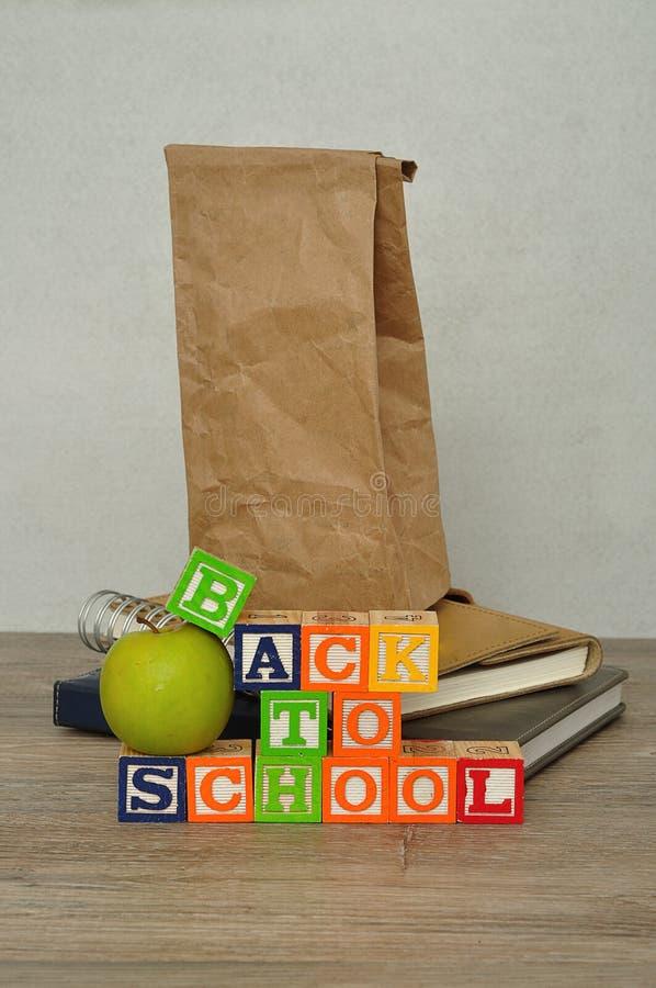Słowa z powrotem szkoła literująca z kolorowymi abecadło blokami zdjęcia stock