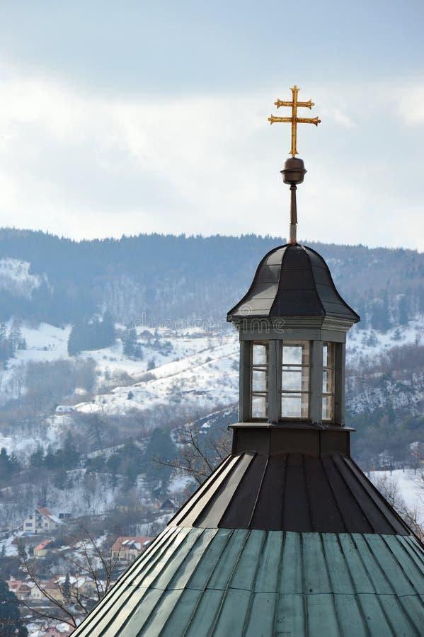 Słowacki bliźniaka krzyż umieszczający na barokowym budynku środkowy kościół calvary w Banska Stiavnica, Sistani, śnieg zakrywał  zdjęcie stock