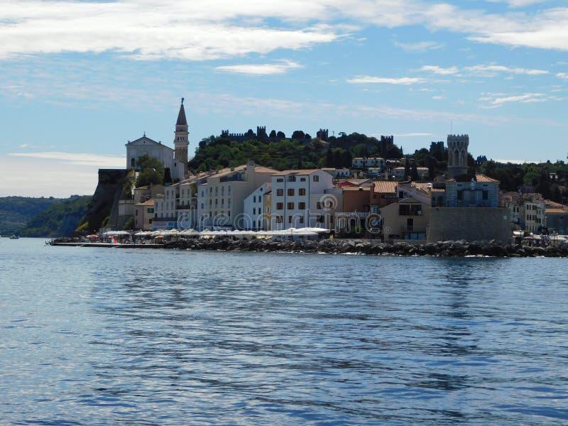 Słoweński wybrzeże widzieć od łodzi fotografia stock