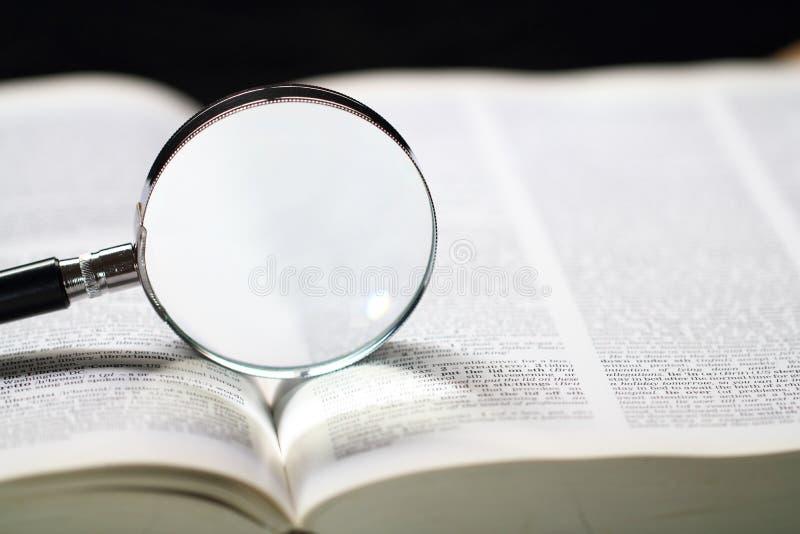 Słownik i powiększać - szkło zdjęcie stock