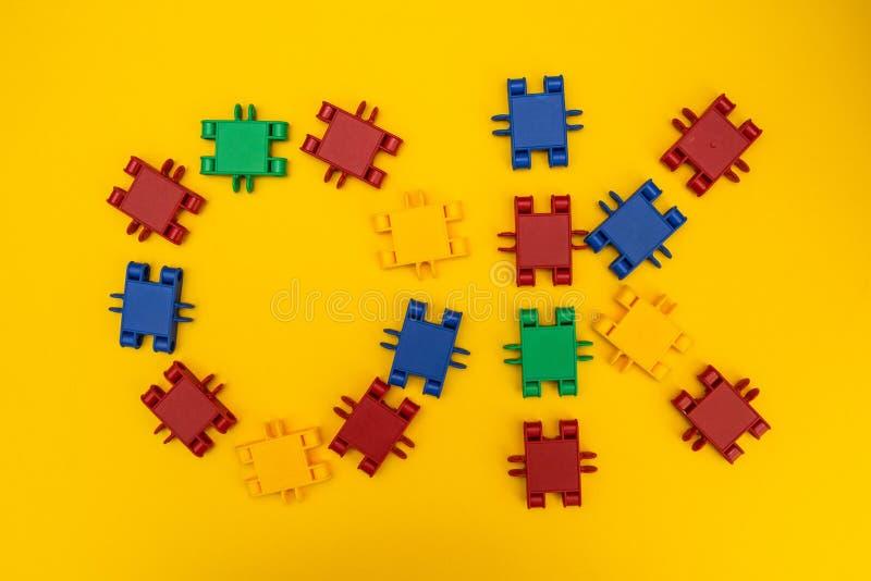 Słowo «OK «od projektantów sześcianów na żółtym tle zdjęcia royalty free