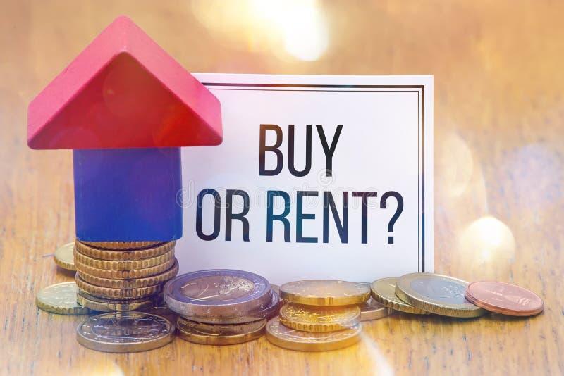 Słowo czynsz lub zakup? na białym papierze z domu Drewnianymi blokami zdjęcie stock