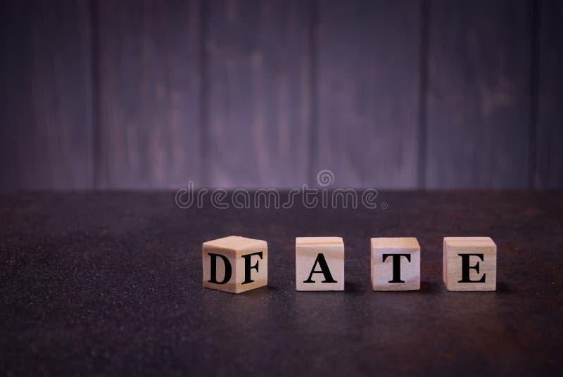Słowo daty przeznaczenie na drewnianych sześcianach na ciemnym tle, światło podpisuje drewniani sześciany podpisują, symbole zdjęcia royalty free
