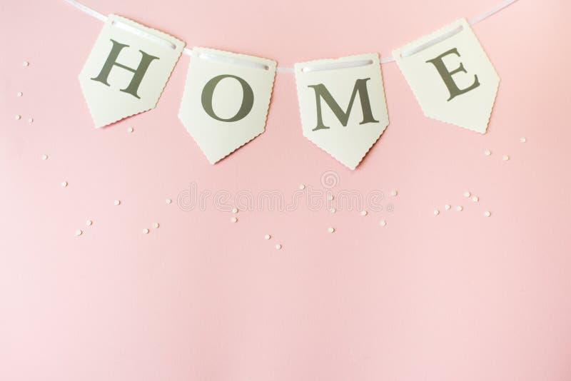 Słowo dom na pastelowych menchii tle, odgórny widok z kopii przestrzenią zarygluj sk?adu poj?cia rodziny orzechy obrazy royalty free