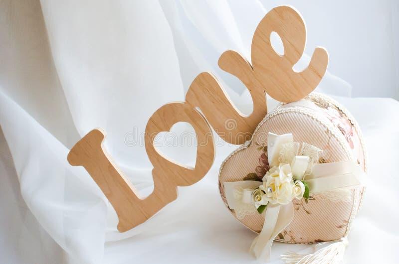 Słowo miłość zrobi drewniany biały tło obraz stock